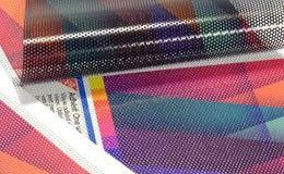 Vinyle adhésif polymère one way vision. Utilisé sur les vitres, ce support permet de continuer à voir de l'intérieur vers l'extérieur alors que depuis l'extérieur c'est l'image qui apparaît. Laize maximale imprimable 135 cm. Pour les images de plus grandes dimensions, le vinyle sera divisé en plusieurs pièces avec 1 cm de recouvrement. Garanti de 3 à 5 ans si associé à un laminat polymère UV résistant.